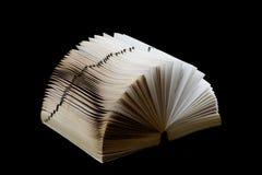 Vieux dictionnaire éventé sur l'épine sur le noir photographie stock libre de droits