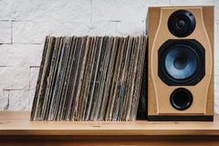 Vieux disques vinyle dans l'étagère en bois Photo stock