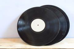 Vieux disques vinyle sur une table en bois image libre de droits