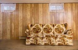 Vieux divan de sous-sol image libre de droits