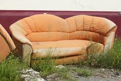 Vieux divan orange images stock