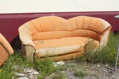 Vieux divan orange image libre de droits