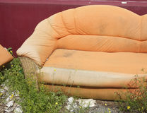 Vieux divan orange photo stock