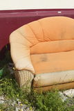 Vieux divan orange photographie stock