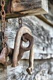 vieux diviseur rouillé de logarithme naturel en fer à cheval Photographie stock libre de droits