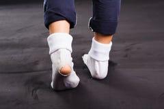 Vieux dommages et trou blancs de chaussette photos stock
