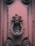 Vieux doorknocker sur la trappe rose Image stock
