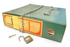 Vieux dossier de bureau avec le cadenas débloqué et chaîne d'isolement Image libre de droits