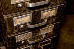 Vieux dossier de tiroir en métal avec la saleté et la crasse vertes image stock
