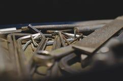 Vieux dossiers et clefs à six pans dans la boîte à outils de magasin images stock