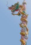 Vieux dragon d'or sur le poteau Images stock