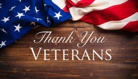 Vieux drapeau américain le jour en bois de vétérans Image libre de droits