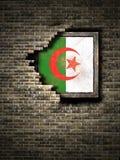 Vieux drapeau de l'Algérie dans le mur de briques illustration libre de droits
