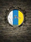 Vieux drapeau des Îles Canaries dans le mur de briques Images stock