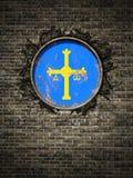 Vieux drapeau des Asturies dans le mur de briques Photos libres de droits