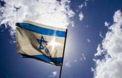 Vieux drapeau israélien sur le ciel bleu et les nuages blancs Photographie stock libre de droits