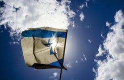 Vieux drapeau israélien sur le ciel bleu et les nuages blancs Images libres de droits