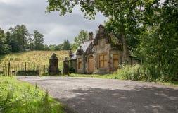 Vieux embarqué vers le haut de la Chambre en Ecosse près de Loch Lomond Photographie stock libre de droits