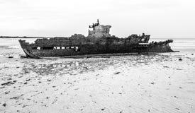 Vieux embarquez l'épave dans la côte de la Mozambique Image stock