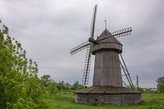 Vieux, en bois moulin à vent Images libres de droits