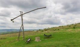 Vieux en bois roumain puits d'eau dans la campagne Photo stock