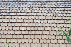 Vieux, en bois toit minable d'une maison de campagne Photographie stock