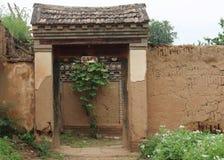 Vieux enchance la porte d'une cour Photos libres de droits