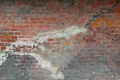 Vieux a endommag? le mur de briques souill? avec de grandes fissures et ?clabousse de la peinture noire image stock