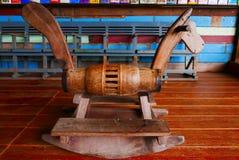 Vieux enfants en bois de chaise de cheval de basculage de jouets Image libre de droits