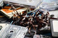 Vieux enregistreurs à cassettes sur le fond coloré Photos libres de droits