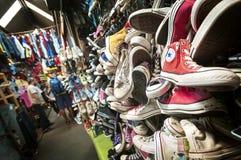 Vieux entraîneurs inverses au marché de Chatuchak, Bangkok Images stock