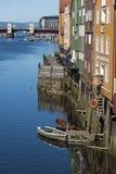 Vieux entrepôts colorés par la rivière Nidelv Trondheim Images stock