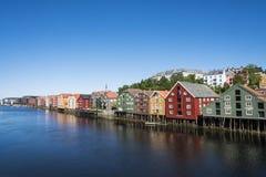 Vieux entrepôts colorés par la rivière Nidelv Trondheim Image stock