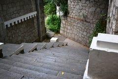 Vieux escaliers à la maison dans les cours Photo stock