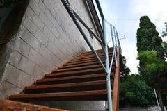 Vieux escaliers à la maison dans les cours Photos stock
