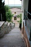 Vieux escaliers à la maison dans les cours Image libre de droits