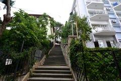 Vieux escaliers à la maison dans les cours Photo libre de droits