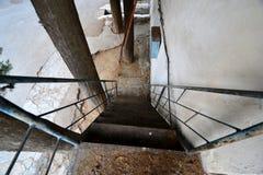 Vieux escaliers à la maison dans les cours Images libres de droits