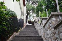 Vieux escaliers à la maison dans les cours Images stock