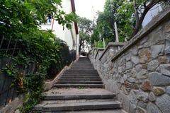 Vieux escaliers à la maison dans les cours Photos libres de droits