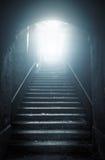 Vieux escaliers abandonnés montant à la lumière Photo stock