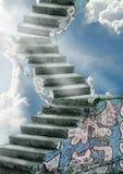 Vieux escaliers au ciel Photos stock