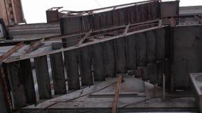 Vieux escaliers de sortie de secours banque de vidéos