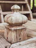 Vieux escaliers en bois rustiques image stock