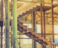 Vieux escaliers intérieurs industriels abandonnés Photos stock
