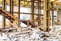 Vieux escaliers intérieurs industriels abandonnés Photo stock