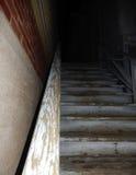 Vieux escaliers menant à une allée foncée Image stock