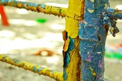 Vieux escaliers peints dans le plan rapproché de terrain de jeu sur un fond brouillé épluchage de la peinture bleue et jaune beau photographie stock