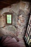 Vieux escaliers spiralés dans le château Images libres de droits
