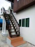 Vieux escaliers woodern en dehors de maison moderne Bangkok photographie stock